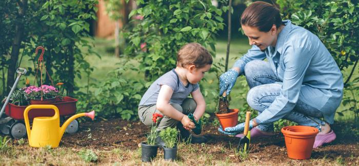 Mutter und Kind bei der Gartenarbeit