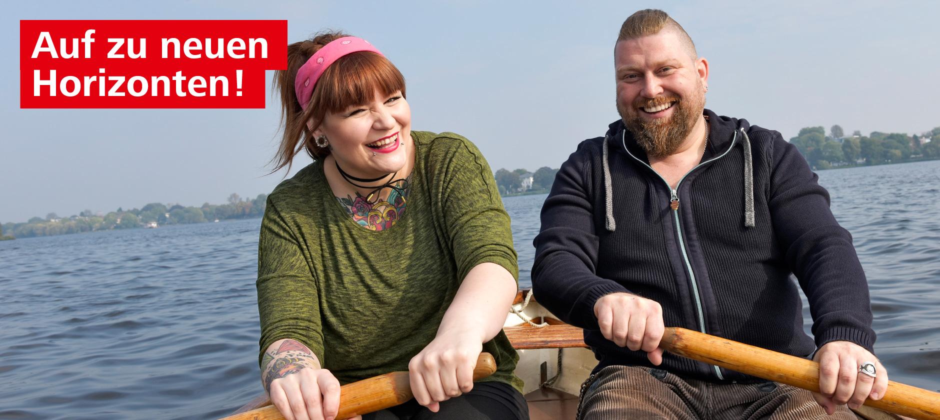 Junge Frau und junger Mann sitzen in einem Boot und ruderboot